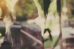 Experimenteel abstract dubbel blootstellingsportret van vrouwelijke persoon royalty-vrije stock foto