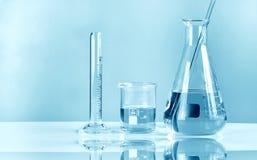 Experimentell glasföremål för vetenskapligt laboratorium som är symbolisk av vetenskap arkivbild