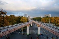 Experimentelle Einschienenbahnstraße auf Unterstützungen in Moskau Lizenzfreies Stockbild