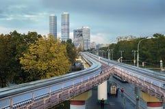 Experimentelle Einschienenbahnstraße auf Unterstützungen in Moskau Stockbild