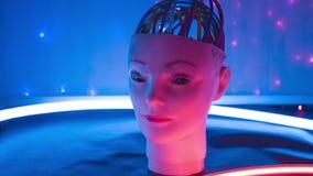 Experimentellt konstgjort flickarobothuvud, cyborgmeningsbegrepp arkivfilmer