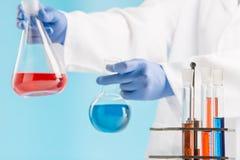 Experimenten in een chemielaboratorium het leiden van een experiment in het laboratorium stock afbeeldingen