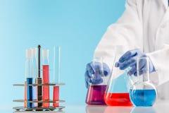 Experimenten in een chemielaboratorium het leiden van een experiment in het laboratorium stock foto