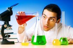 experimentera laboratorium för kemist Royaltyfri Bild