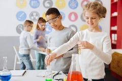 Experimento adolescente agradable de la sustancia química de la conducta de los compañeros de clase Imágenes de archivo libres de regalías