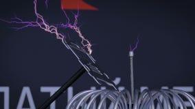 Experimento de alto voltaje con la bobina de Tesla almacen de video