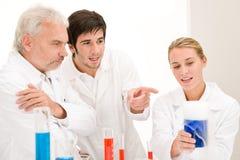 Experimento de la química - científicos en laboratorio Imágenes de archivo libres de regalías