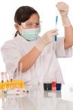 Experimento químico. Foto de archivo libre de regalías