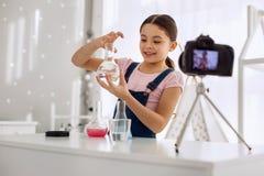 Experimento químico de realización de la muchacha optimista y registración de él Fotografía de archivo libre de regalías