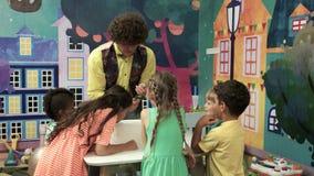 Experimento químico en fiesta de cumpleaños de los niños almacen de video