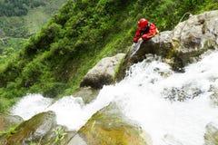 Expert en matière de descente de canyon ouvrant un nouvel itinéraire pour des touristes Images libres de droits