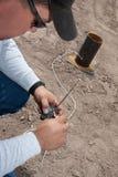 Expert pyrotechnique câblant un à télécommande photo stock