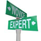 Expert Vs sakkunskap för erfarenhet för novistvåvägsvägmärkeexpertis Arkivbilder