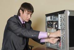 Experte, der den Computer repariert lizenzfreie stockfotos