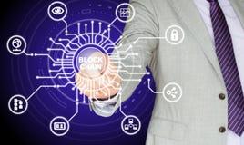IT-Experte, der die Mitte eines Stromkreises mit dem Wort blockch berührt Lizenzfreies Stockbild