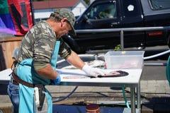 Experte, der einen Fisch ausbeint Lizenzfreie Stockbilder