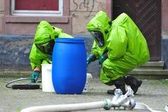 Experten, die chemischen Unfall nachforschen stockfotografie