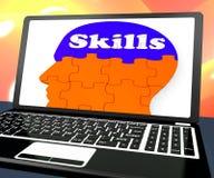 Expertis på Brain On Laptop Showing Human kapaciteter Arkivfoton