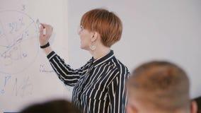 Experto financiero femenino positivo confiado, oficinistas de enseñanza del coche del negocio en el seminario de entrenamiento m almacen de video