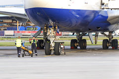 Experts airfield services Domodedovo airport preparing to tow the aircraft royalty free stock images