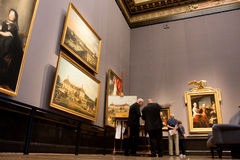 Experts in the gallery of the art Museum Royalty Free Stock Photography