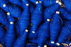 Expertse craftsmanship barwidła indygowego błękitnego koloru handmade naturalna linia zdjęcie royalty free