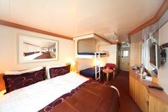 Expida la cabina con la cama y dos camas de los niños fotos de archivo