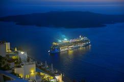 Expida la navegación lejos de Santorini en la noche Imagen de archivo libre de regalías