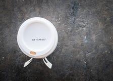 expiração da etiqueta no copo de café Imagens de Stock Royalty Free