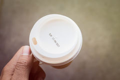 expiração da etiqueta no copo de café Fotografia de Stock