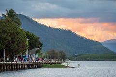 Explanada de los mojones con puesta del sol y las colinas de Rainforested Foto de archivo libre de regalías
