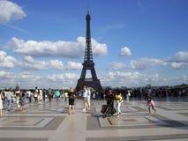 Explanada en París contemplando la torre effail stock photography