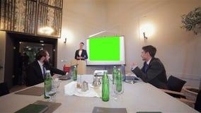 Explicación algo a los colegas en la reunión metrajes