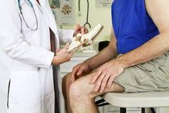 Explicación de dolor de la rodilla Fotografía de archivo libre de regalías