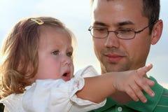 Explicación de ella toda al papá Foto de archivo libre de regalías
