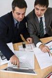 Explicación de la reunión de negocios en una computadora portátil blanca Imagen de archivo
