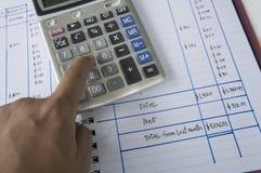 Explicar adiciona o conceito em excesso do cálculo da calculadora do número Imagens de Stock