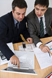 Explication de réunion d'affaires sur un ordinateur portatif blanc Image stock