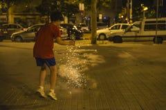 Exploderande firecrackers för pojke, Barcelona Royaltyfri Fotografi