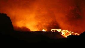 Exploderande vulkan på natten arkivfilmer