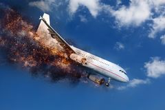 Exploderend en brandend vliegtuig in de hemel alvorens neer te verpletteren stock afbeeldingen