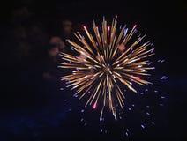 Explodierender Feuer-Feuerwerkshintergrund des Weißgolds heller stockfoto