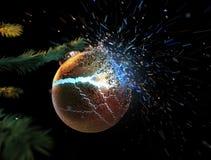 Explodierender Weihnachtsball während auf dem Baum Lizenzfreies Stockfoto