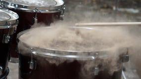 Explodierensand auf Trommel stock video