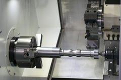 Exploitant die automobieldeel machinaal bewerken door cnc het draaien machine, Royalty-vrije Stock Afbeelding
