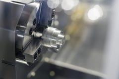 Exploitant die automobieldeel machinaal bewerken door cnc het draaien machine royalty-vrije stock afbeelding