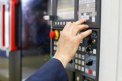 Exploitant die met CNC machinaal bewerkend centrum werken Stock Fotografie
