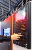 Exploitant die met CNC machinaal bewerkend centrum werken die controlebord gebruiken Selectieve nadruk stock afbeeldingen