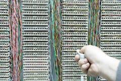 exploitant die telefoonschakelbord met kabels installeren Stock Foto