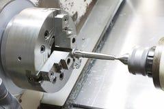 Exploitant die vorm en matrijzendeel door CNC het draaien machine in F machinaal bewerken Stock Foto's